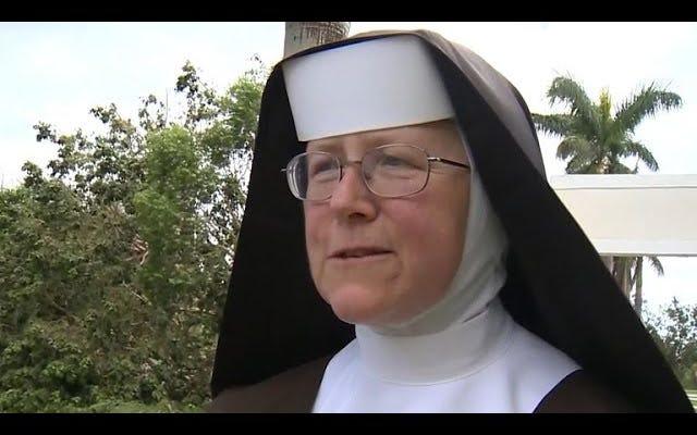 전기 톱을 휘두르는 수녀는 그것을 사용하기 위해 몇 가지 빠른 인터넷 검색을해야했다