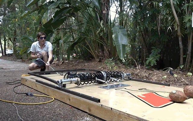 男はココナッツを粉砕することができる恐ろしい、巨大なネズミ捕りを構築します