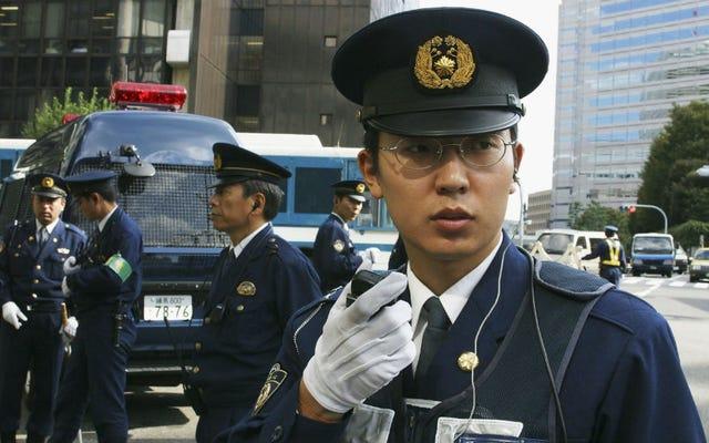 Почему японская полиция носит белые перчатки после визита Битлз в 1966 году