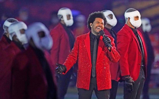Le migliori reazioni di Twitter alla bizzarra performance dell'intervallo di The Weeknd