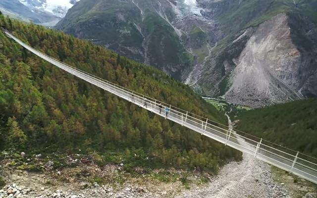 世界最長の歩行者用吊橋が地上28階建て