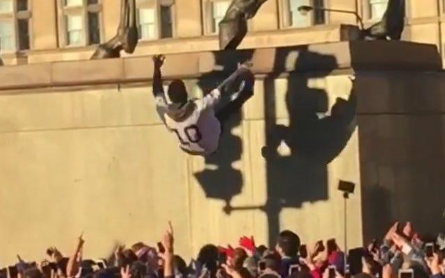 Les fans de Cubs font des chutes de confiance depuis une statue de 18 pieds
