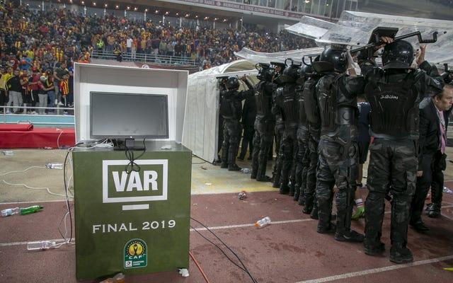VARの誤動作がアフリカチャンピオンズリーグ決勝戦を長引くシットショーに変える