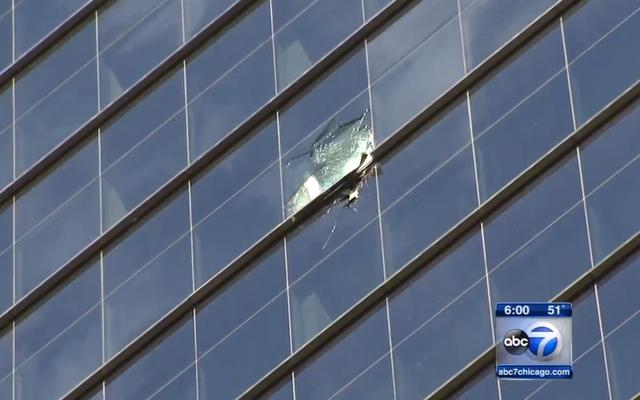 怖い強風の後のシカゴの超高層ビル「RainingGlass」