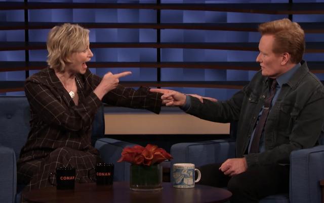 Jane Lynch, Conan'a Hollywood Game Night'ın ünlülerin spekülasyonlarını öne sürerek içkiyi neden kestiğini anlatıyor