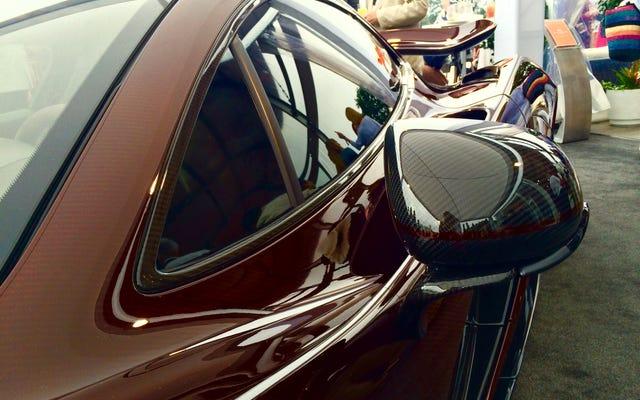 カーボンファイバーよりも優れているのは、楽しい色のカーボンファイバーだけです。