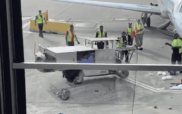 Un operatore evita un disastro speronando un carrello della ristorazione in fuga sulla pista