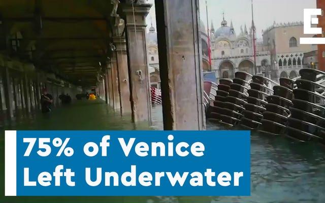記録上最悪の洪水の1つの後、水中でヴェネツィアの4分の3以上