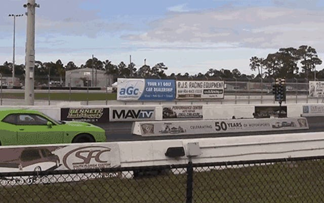 El conductor de Hellcat obtiene su culo entregado por Tesla en Drag Strip