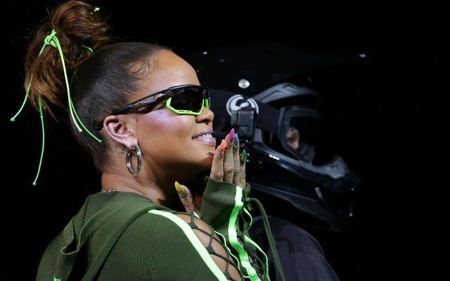 Rihanna'nın Skintight Dirtbike Chic, Yüksek Topuklu Parmak arası Terlik içerir. Ne yapalım?