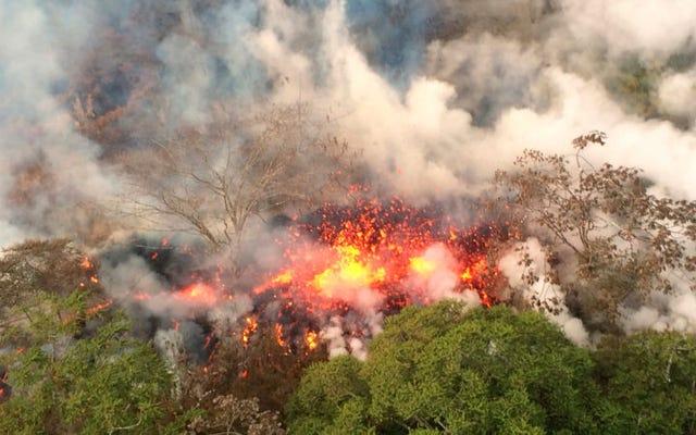 Setelah dua minggu meletus, gunung berapi Kilauea di Hawaii kini juga memuntahkan bebatuan besar