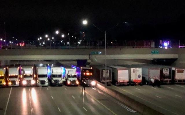 13 camionneurs font la queue pour empêcher l'homme de sauter du viaduc