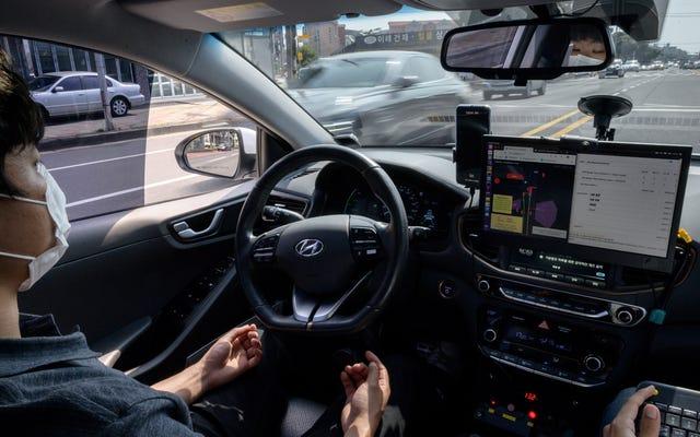 別の研究は、不注意な運転支援技術が私たちをどのように作っているかを示しています