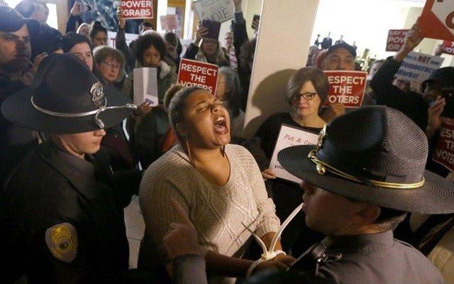 抗議者は共和党の「クーデター」に抗議するためにノースカロライナ州議会議事堂に降りる