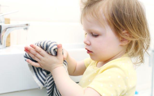 ヘアタイを使用して、子供が届くタオルを掛けます