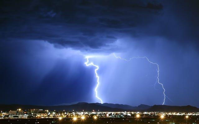 雷雨の前に電子機器のプラグを抜いてください