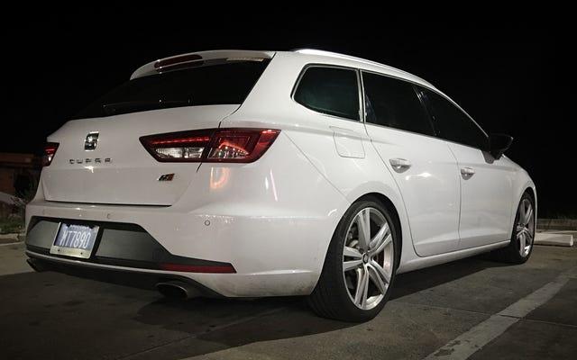 フロリダでダミーでいっぱいに詰められている間、VWの速いスペインのワゴンの1つは暴走しています