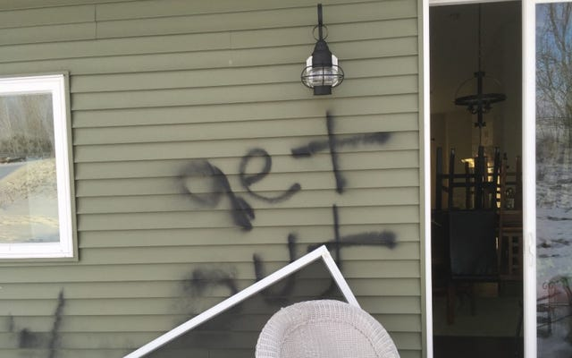 「次回は火事になる」:黒人のミネソタ州の家族が新しい家を強盗し、人種差別的な落書きで破壊された