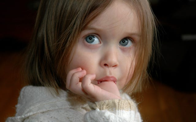 指を軽くたたいた後の最初の反応が、口に入れて吸うことである理由