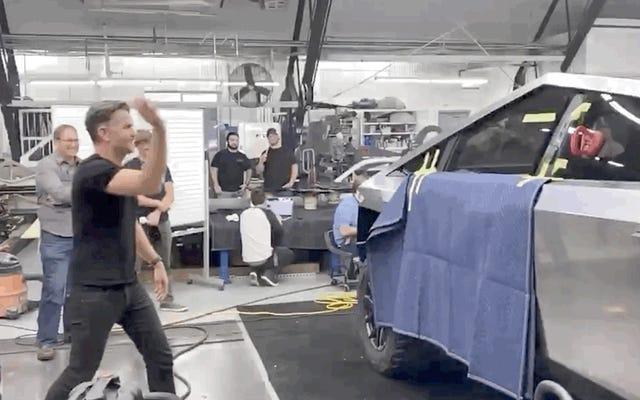 Elon Muskは、Cybertruckの耐久テストの成功を示すビデオをアップロードし、187,000件を超える予約を獲得したと主張しています