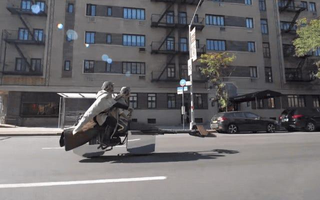 Le meilleur costume de Star Wars est un speeder bike qui semble vraiment flotter