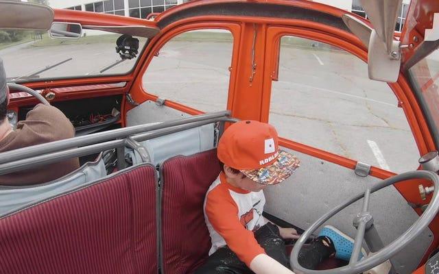 この双頭のシトロエン2CV消防車は、奇妙で対称的なヒーローです