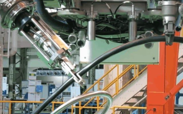 このロボットは、放射線を恐れることなく福島原子力発電所の残骸を掃除します
