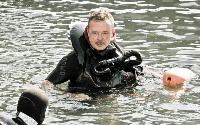 Le phoque de la marine nageant dans un équipement tactique complet doit avoir de terribles problèmes d'image corporelle