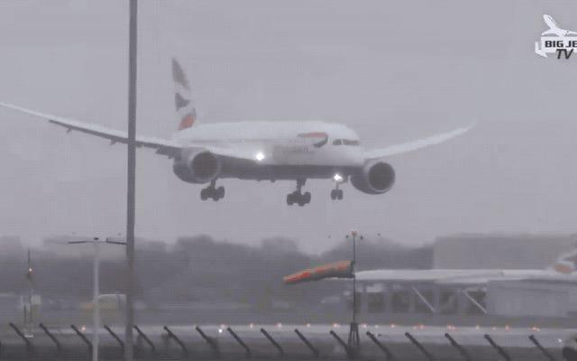 飛行機の内外からのTOGAの操縦のこのビデオは、しばらく飛ぶというあなたの欲求を奪います