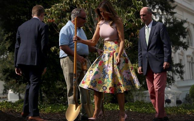 Hier ist Melania, die genau wie Sie einen Baum in einen Rock im Wert von 4.000 US-Dollar pflanzt