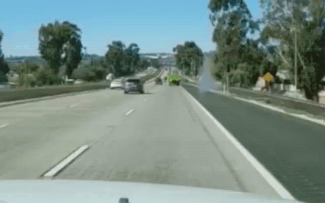 フライトインストラクターと彼の学生は、傷をつけることなく忙しい高速道路に緊急着陸します