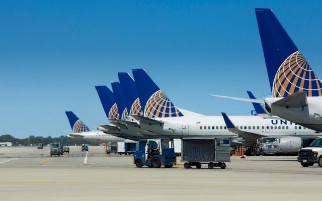 ユナイテッド航空は、レギンスを着ていたため、3人の女性の乗客を飛行機から追い出しました
