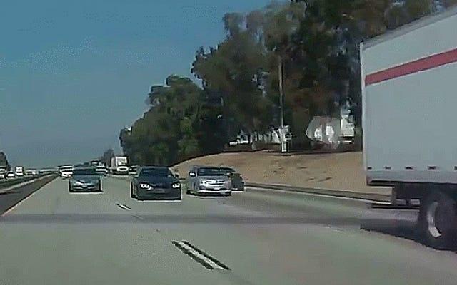 嫌いな人のインフィニティドライバーが高速道路の速度でBMWを大きなリグにパントする