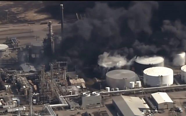 石油精製所の爆発後、ウィスコンシン郡で市が避難し、非常事態宣言が発令された