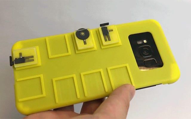 ワイヤーやBluetoothがなくても、このケースではスマートフォンにボタンやスクロールホイールを追加できます