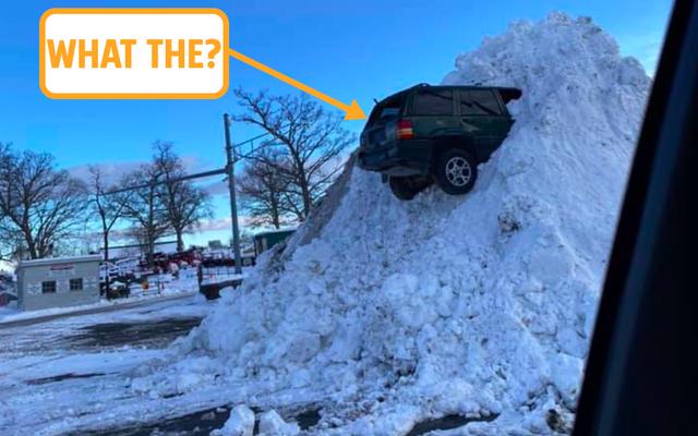 Personne ne sait pourquoi ce Jeep Grand Cherokee est coincé dans un énorme monticule de neige mais j'ai une idée (MISE À JOUR)
