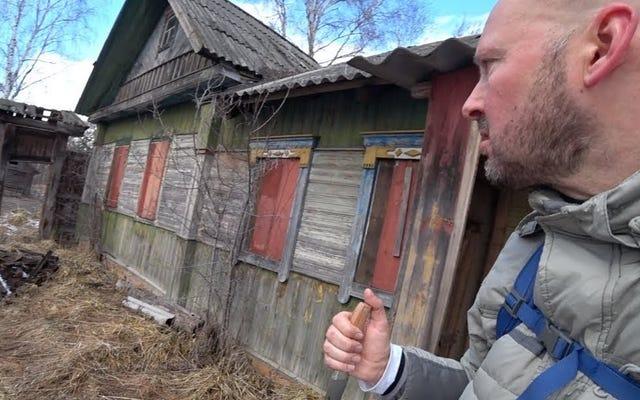 彼はチェルノブイリの禁止区域に忍び込み、息子と一緒に住んでいる92歳の祖母を見つけました。