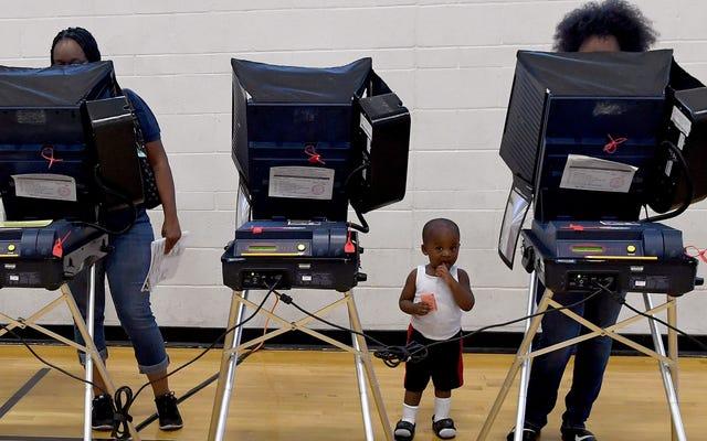 ジョージア州の黒人有権者は、投票機で何かおかしなことが起こっていると言っています