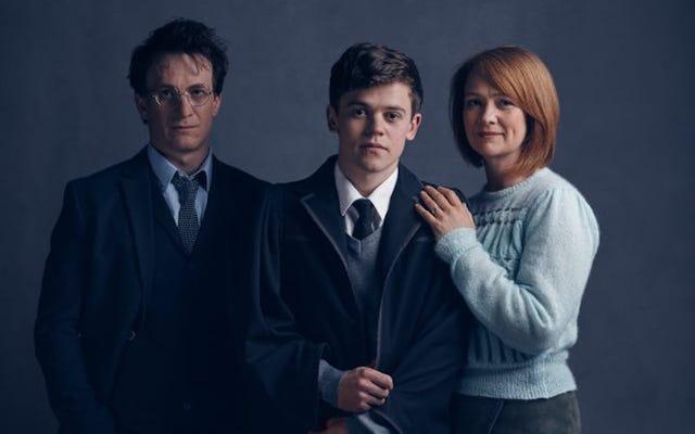 แฮร์รี่พอตเตอร์ที่โตแล้วเบื่อกับเรื่องไร้สาระของพ่อมดแม่มดในภาพเด็กเล่นคำสาปคนแรก