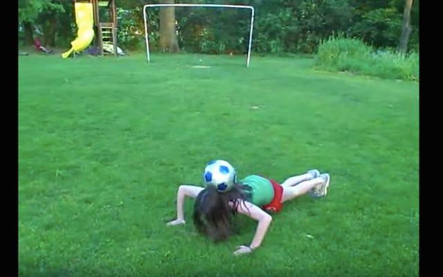 今日のインターネットアーティファクトは、ユーリズミックスにサッカーのトリックをしている小さなローズラヴェルです