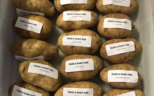 カード・アゲンスト・ヒューマニティの共同作成者は、最終的にそれらのジャガイモをウィスコンシン上院議員に出荷します