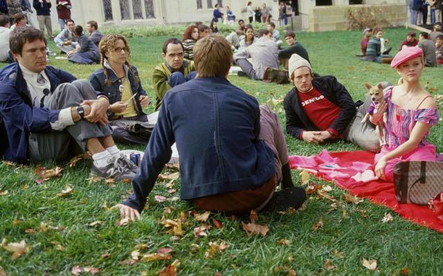 男性の学部生は自動的に男性の仲間を過大評価し、女性を過小評価します