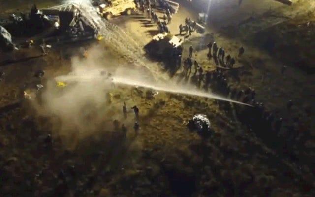 Mire a la policía rociar a los manifestantes de los oleoductos con cañones de agua en un clima helado