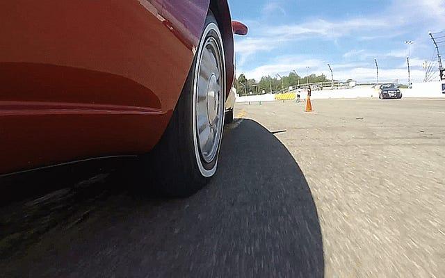 厚いホワイトウォールタイヤがオートクロスで曲がるのを見るのはとても魅力的です