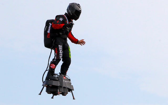 Flyboardの発明者は、フランスからイギリスへの飛行を試みています。水に落ちる