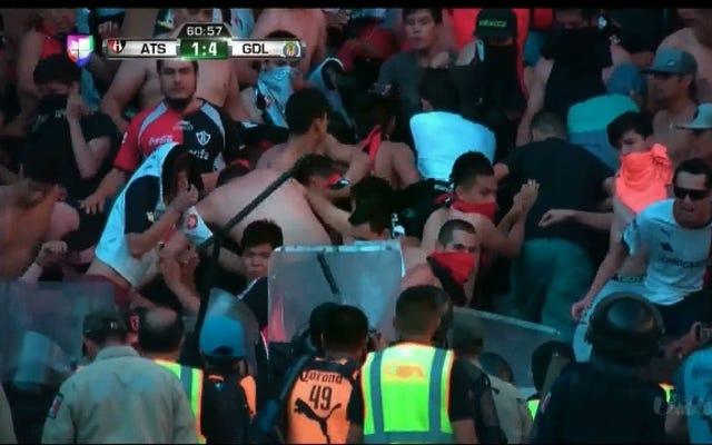 アトラスファンがChivasプレーヤーを攻撃するため、暴動がElClásicoTapatíoを遅らせる