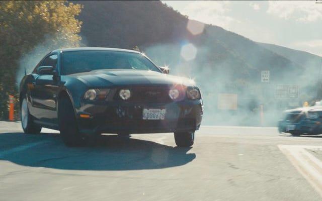 コロラド州間高速道路でマスタングが時速150マイルに達した後、トルーパーは追跡をあきらめる