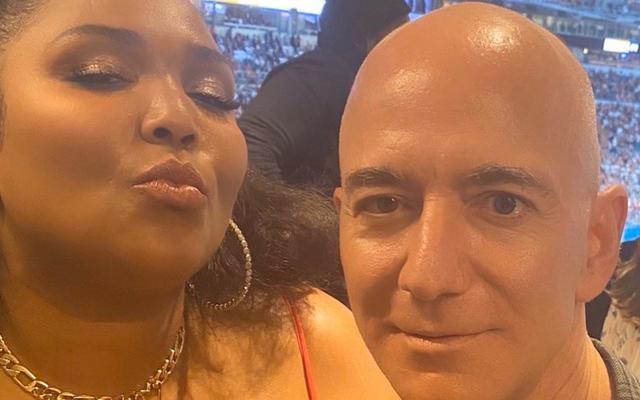 Như thể hủy diệt hành tinh là không đủ, bây giờ Jeff Bezos muốn hình ảnh của mình được chụp với Lizzo