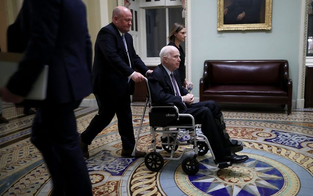 「彼はとにかく死にかけている」:ホワイトハウス補佐官のクラス「ジョーク」ジョン・マケイン上院議員について