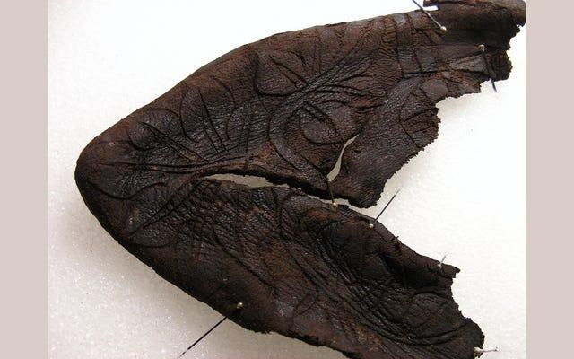 スイスで発見された珍しい14世紀のベビーブーティー